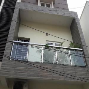 balkon dengan railing kaca