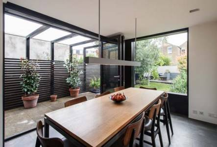 ruang makan dengan taman dan jendela besar